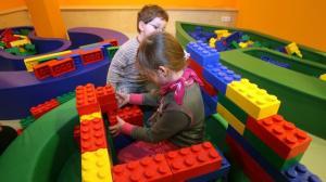 2ed3a-de-jeunes-enfants-jouent-avec-des-lego_5024816.jpg