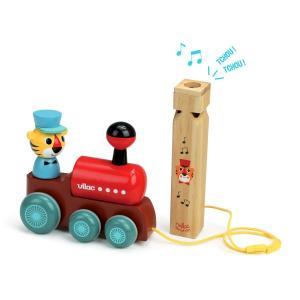 a2a16-vilac-jouet--traner-et-son-sifflet--la-locomotive-par-ingela-p-arrhenius.148767-1.600.jpg